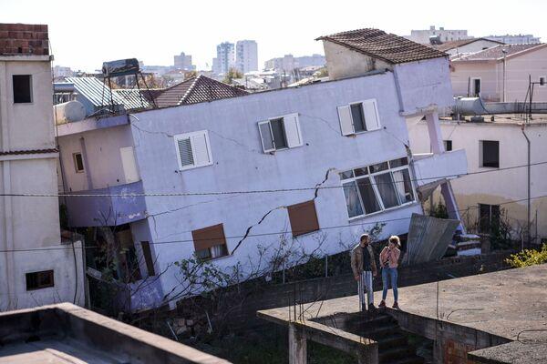 Un edificio distrutto dal sisma nella città albanese di Durazzo. - Sputnik Italia