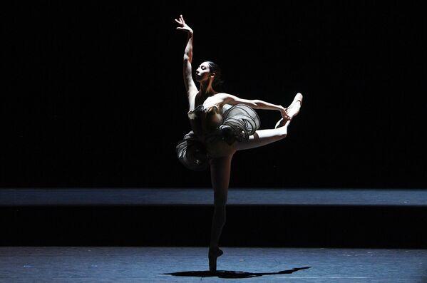 Ana Turazashvili in un episodio del balletto Come un respiro sul palco storico del Teatro Bolshoi a Mosca. - Sputnik Italia