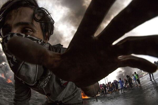 Un manifestante durante le proteste di massa a Basra, in Iraq. - Sputnik Italia
