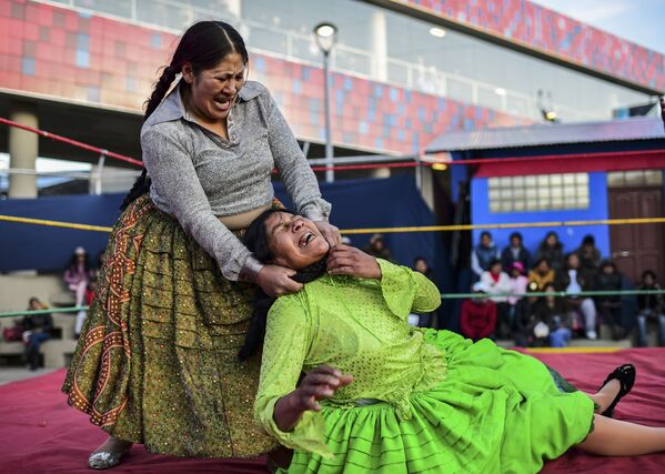 La lottatrice boliviana Ana Luisa Yujra, nota come Jennifer Due Facce, nella gara con Lidia Flores Dina, la Regina del Ring a El Alto, in Bolivia. - Sputnik Italia
