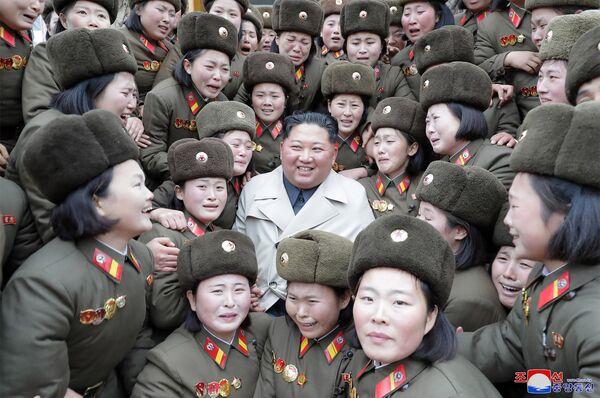 Il leader della Corea del Nord Kim Jong-un incontra il reparto femminile dell'esercito popolare coreano. - Sputnik Italia