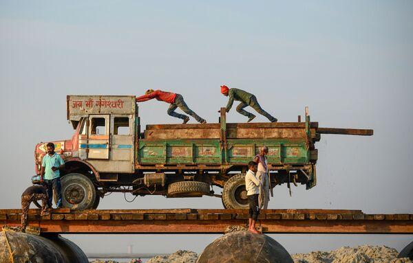 La costruzione del ponte di chiatte temporaneo sul fiume Gange ad Allahabad, in India. - Sputnik Italia