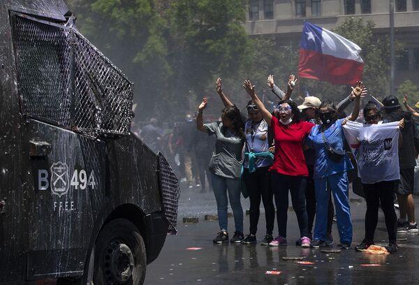 Le proteste a Santiago del Cile. - Sputnik Italia