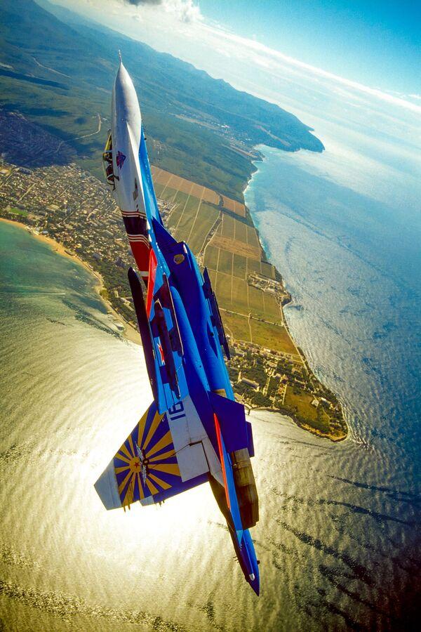 Un aereo della pattuglia acrobatica dell'aviazione militare russa Cavalieri Russi - Sputnik Italia