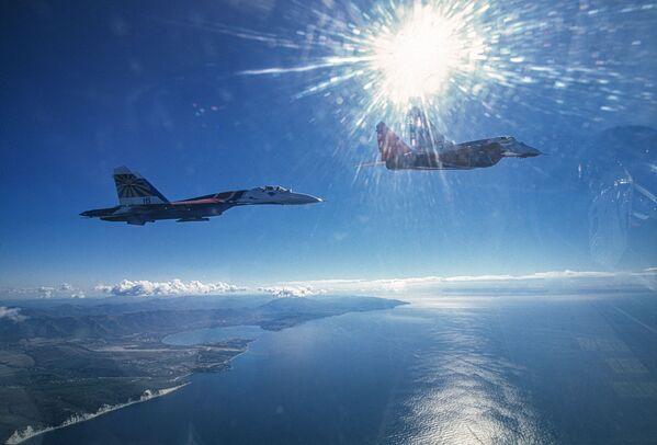 I MiG-29 e Su-27 delle pattuglie acrobatiche dell'aviazione militare russa Cavalieri Russi e Strizhi - Sputnik Italia