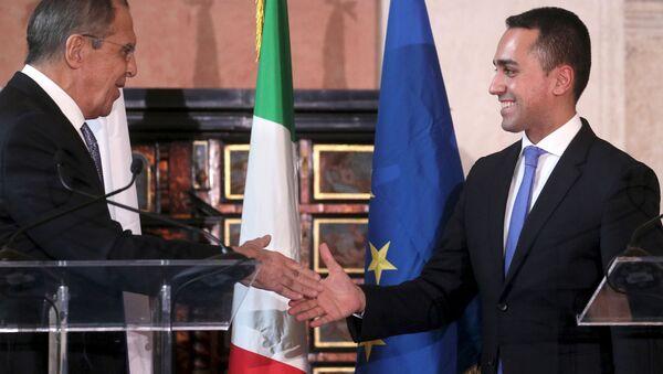 Stretta di mano tra Di Maio e Lavrov - Sputnik Italia