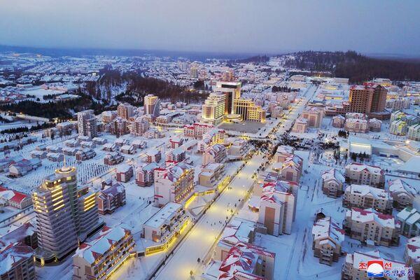 Vista sulla nuova città costruita nella contea di Samjiyon. - Sputnik Italia