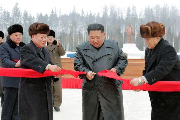 Il leader della Corea del Nord Kim Jong-un taglia il nastro all'inaugurazione della nuova città. - Sputnik Italia
