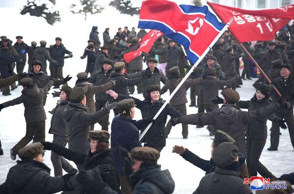 I cittadini nordcoreani ballano alla cerimonia dell'inaugurazione della nuova città. - Sputnik Italia