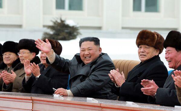 Il leader nordcoreano Kim Jong-un saluta il corteo. - Sputnik Italia