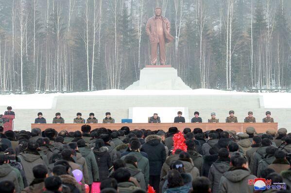La statua del rivoluzionario ed ideologo di Juche Kim Il-sung nella nuova città. - Sputnik Italia