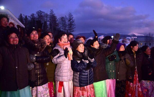Le donne alla celebrazione del termine della costruzione della nuova città. - Sputnik Italia