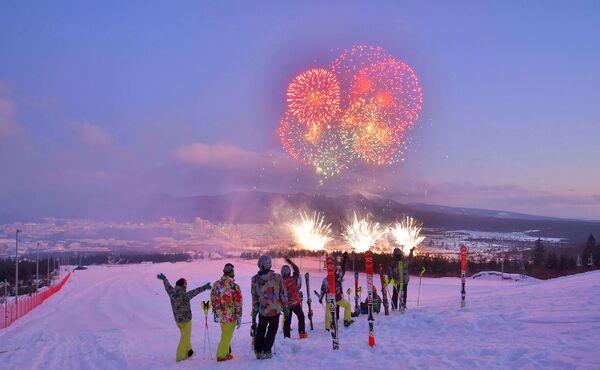 I fuochi d'artificio nel tramonto visti dalla pista da sci. - Sputnik Italia