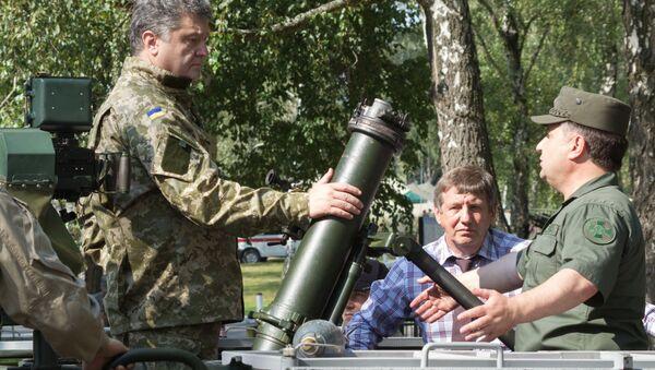 Petr Poroshenko in visita a base della Guardia Nazionale, Kiev - Sputnik Italia