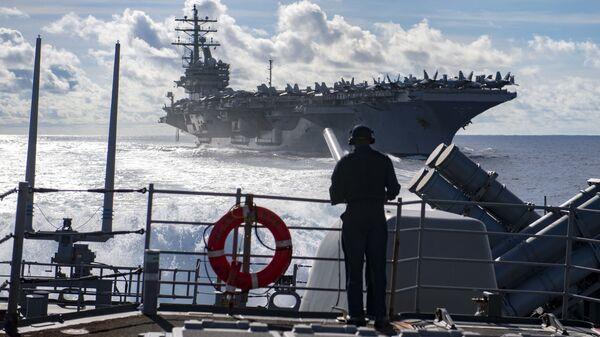 Учения авианосца USS Ronald Reagan и ракетного крейсера USS Chancellorsville  - Sputnik Italia