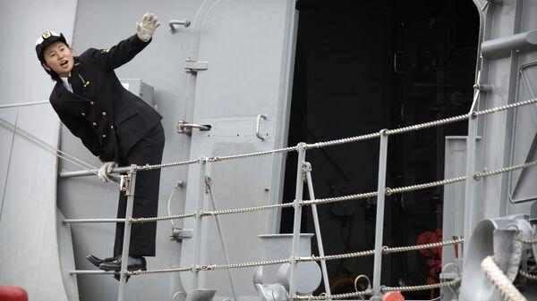 Японский моряк на палубе эсминца Судзуцуки в порту Циндао в Китае  - Sputnik Italia