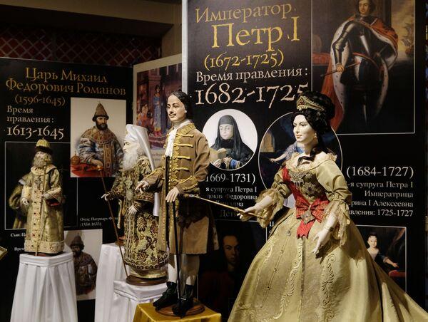 Le bambole di Pietro il Grande e Caterina la Grande alla mostra I monarchi russi. Le pagine della storia a Mosca - Sputnik Italia