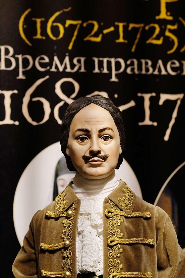 Una bambola di Pietro il Grande alla mostra I monarchi russi. Le pagine della storia a Mosca - Sputnik Italia