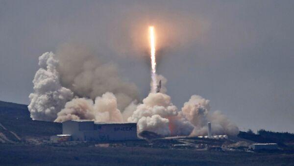 Il razzo SpaceX Falcon 9 con satellite Formosat-5 a bordo viene lanciato dalla base di Vandenberg in California, negli Stati Uniti - Sputnik Italia