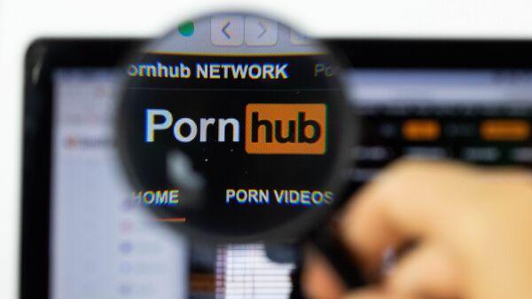 Pornhub logo on a computer screen with a magnifying glass - Sputnik Italia