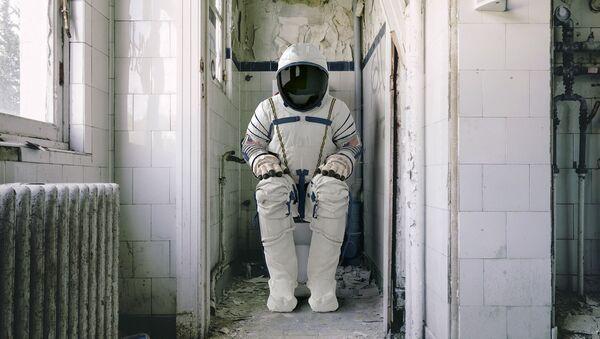 Astronauta seduto su WC - Sputnik Italia