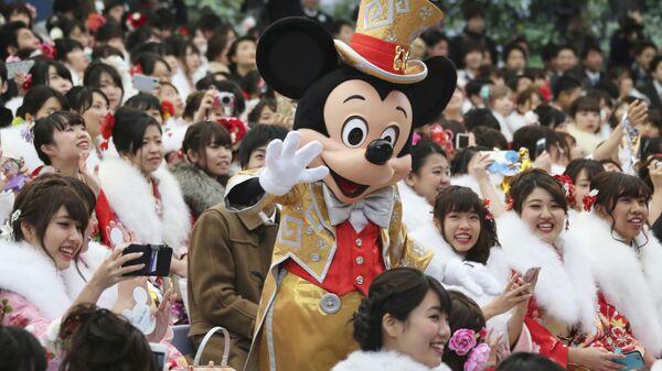Микки Маус с посетителями Диснейленда в Токио - Sputnik Italia
