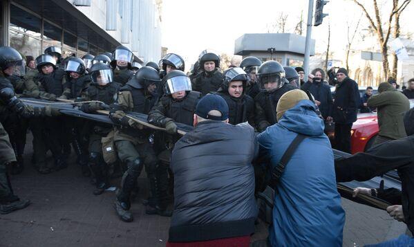 I manifestanti ucraini contro la riforma agraria si scontrano con la polizia antisommossa a Kiev, Ucraina - Sputnik Italia