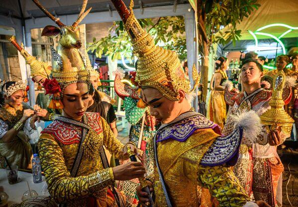 I ballerini thailandesi tradizionali si preparano ad esibirsi durante un festival a Bangkok, il 15 dicembre 2019 - Sputnik Italia