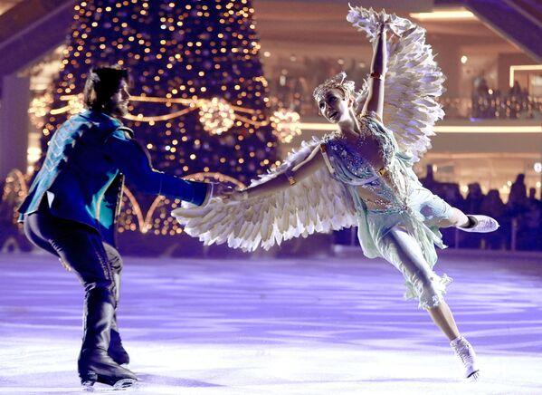 I pattinatori Tatyana Navka e Petr Chernyshev si esibiscono nello spettacolo sul ghiaccio La bella addormentata. La leggenda dei due regni, Russia - Sputnik Italia