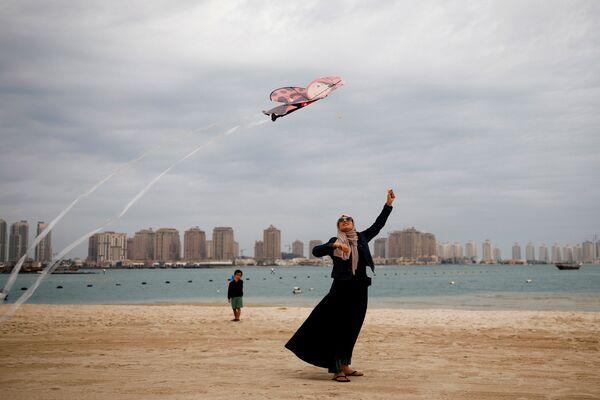 Una donna sulla spiaggia a Doha, Qatar, il 13 dicembre 2019 - Sputnik Italia