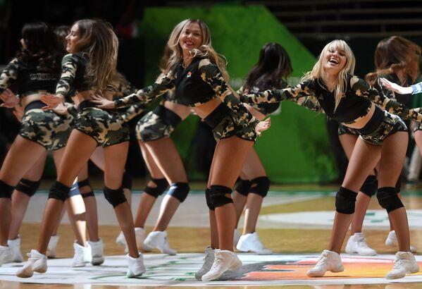 Le cheerleader si esibiscono durante la partita di Eurocup 2019/2020 di pallacanestro tra BC UNICS (Kazan, Russia) e BC Darussafaka (Istanbul, Turchia) - Sputnik Italia