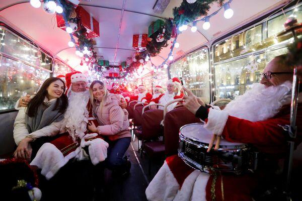 Musicisti vestiti da Babbo Natale in un autobus a San Pietroburgo. - Sputnik Italia