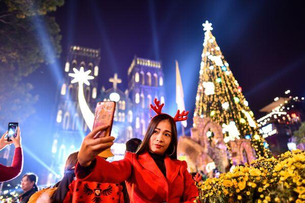 Una ragazza si fa un selfie alla vigilia di Natale in Vietnam. - Sputnik Italia