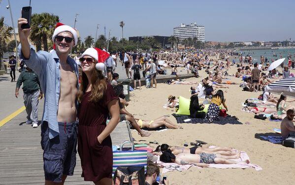 Una coppia si fa un selfie alla vigilia di Natale in Australia. - Sputnik Italia