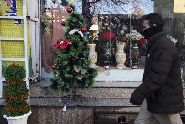 Un albero di Natale di fronte a una vetrina a Kabul, Afghanistan. - Sputnik Italia