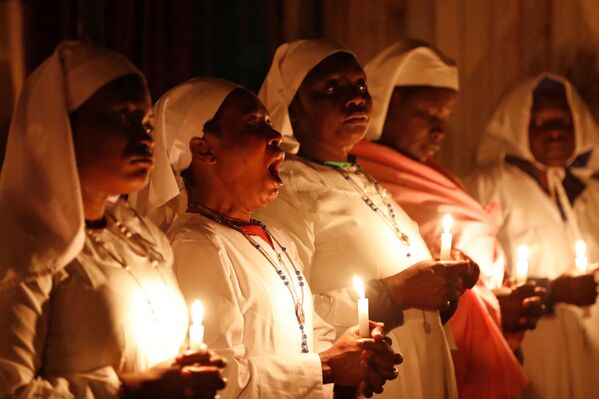 Una donna sbadiglia durante una messa di Natale in Kenya. - Sputnik Italia