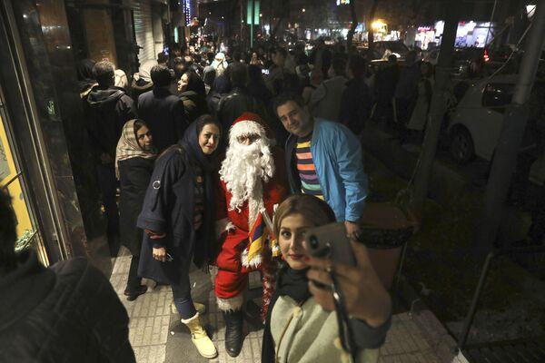 I cittadini di Teheran si fanno un selfie con un Santa Claus. - Sputnik Italia