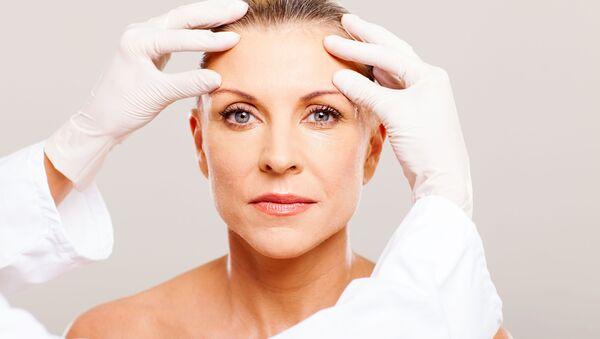 Cosmetista controlla il pelle della paziente   - Sputnik Italia