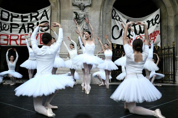 I ballerini dell'Opera di Parigi si esibiscono di fronte al Palais Garnier - Sputnik Italia