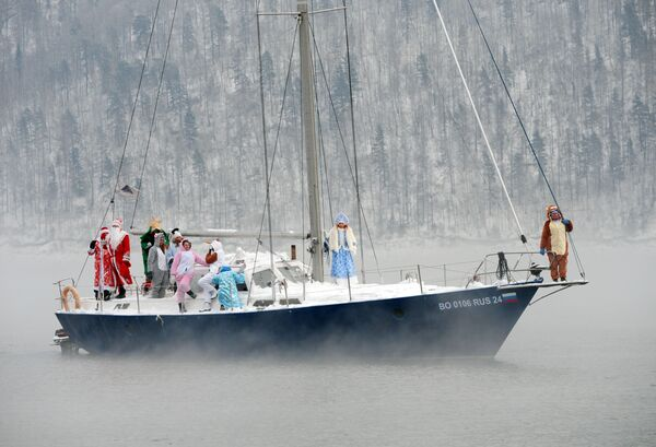 I membri dello Skipper Yacht Club e i loro ospiti in costumi di carnevale su uno yacht celebrano la fine della stagione nautica 2019  - Sputnik Italia