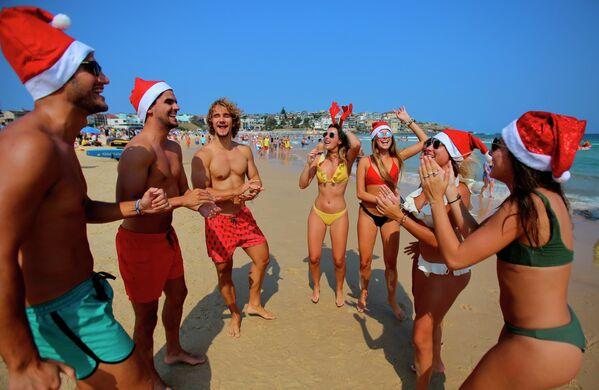 Turisti in costumi di Natale sulla spiaggia di Sydney - Sputnik Italia