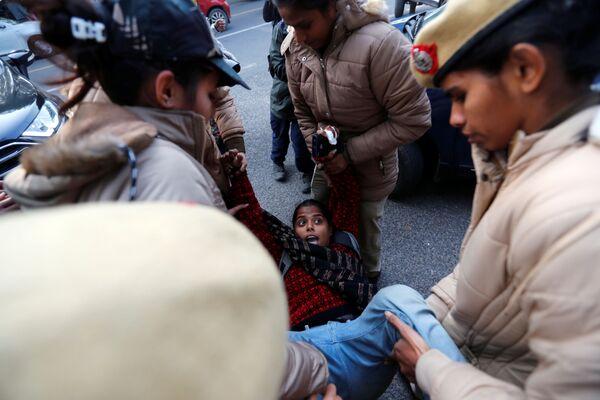Una manifestante viene arrestata dalla polizia durante una protesta contro la nuova legge sulla cittadinanza a Nuova Delhi, India, il 23 dicembre 2019 - Sputnik Italia