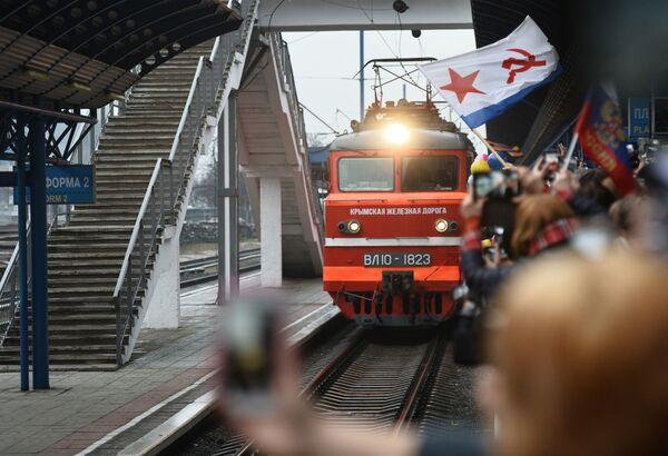 I partecipanti alla cerimonia di benvenuto si riuniscono nella stazione ferroviaria durante l'arrivo del treno Tavria a seguito dell'apertura del ponte ferroviario a Sebastopoli, Crimea, Russia - Sputnik Italia