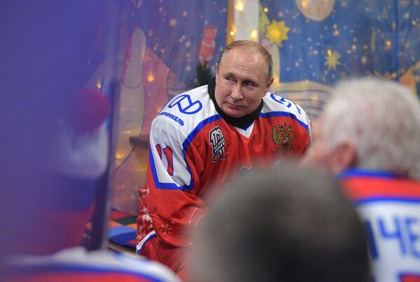 Il presidente russo Vladimir Putin durante la partita della Lega di hockey di Capodanno nella pista di pattinaggio sulla Piazza Rossa, Mosca, Russia - Sputnik Italia
