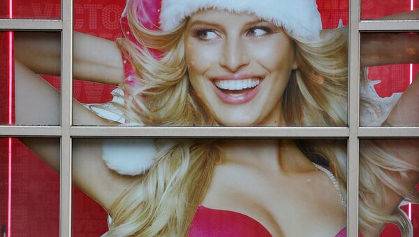 Прохожие у витрины с рекламой нижнего белья в Нью-Йорке  - Sputnik Italia