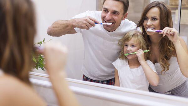 Una famiglia si lava i denti - Sputnik Italia