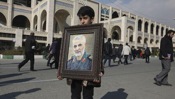 Teheran, un bambino regge un ritratto del generale Qassem Soleimani - Sputnik Italia