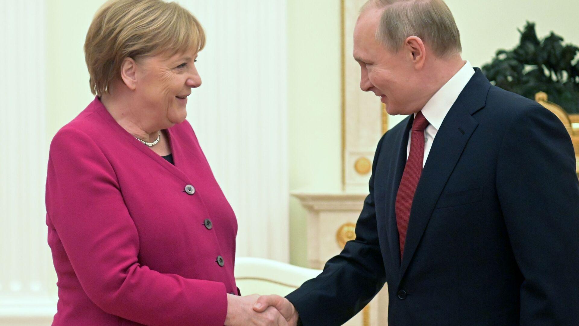 Il presidente russo Vladimir Putin e la cancelliera tedesca Angela Merkel l'11 gennaio 2020 - Sputnik Italia, 1920, 22.06.2021