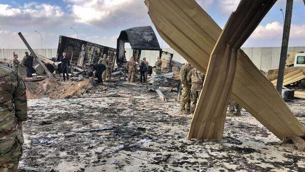 I soldati e i giornalisti statunitensi ispezionano il luogo del bombardamento, la base aerea di Ayn al-Asad, Iraq, il 13 gennaio 2020 - Sputnik Italia