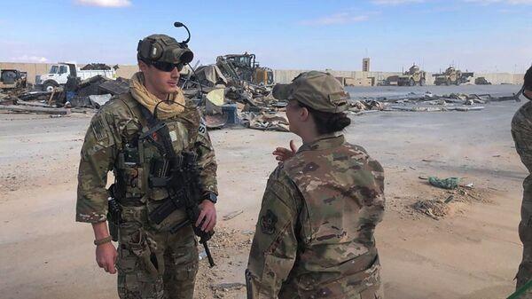 Военные на месте обстрела военной базы США Эйн-аль-Асад в Ираке - Sputnik Italia